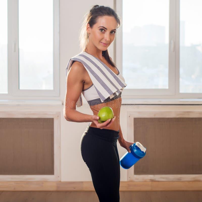 Πανέμορφη νέα αθλητική αθλητική γυναίκα στον αθλητισμό στοκ εικόνες