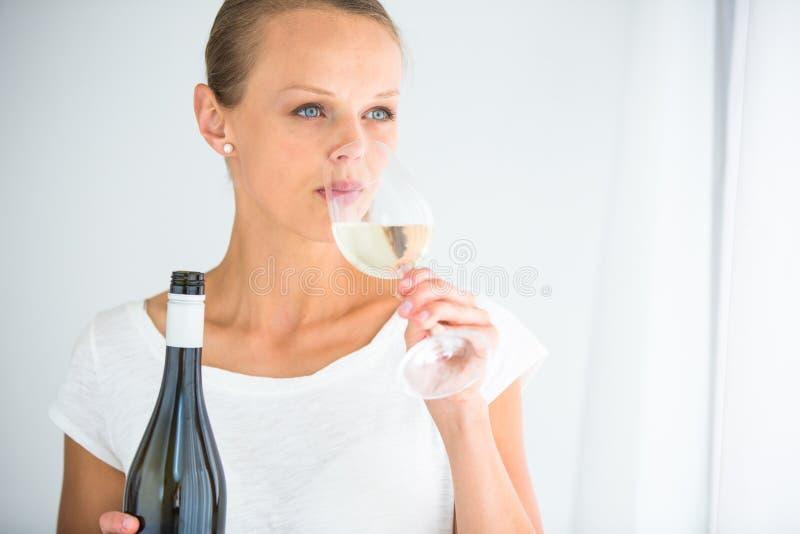 Πανέμορφη νέα γυναίκα με ένα ποτήρι του κρασιού στοκ εικόνα με δικαίωμα ελεύθερης χρήσης