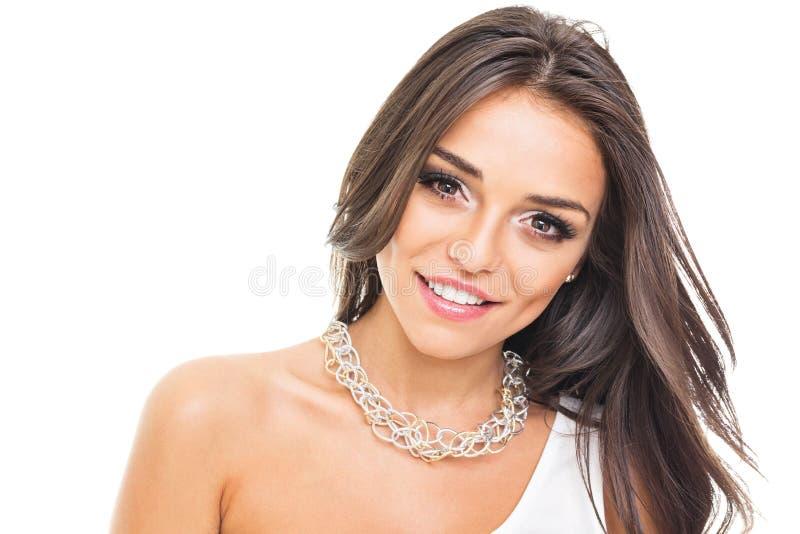 Πανέμορφη νέα γυναίκα με το χαμόγελο περιδεραίων στοκ φωτογραφία