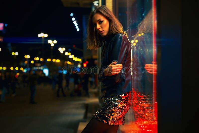 Πανέμορφη νέα γυναίκα που θέτει τη νύχτα την πόλη στοκ φωτογραφία με δικαίωμα ελεύθερης χρήσης