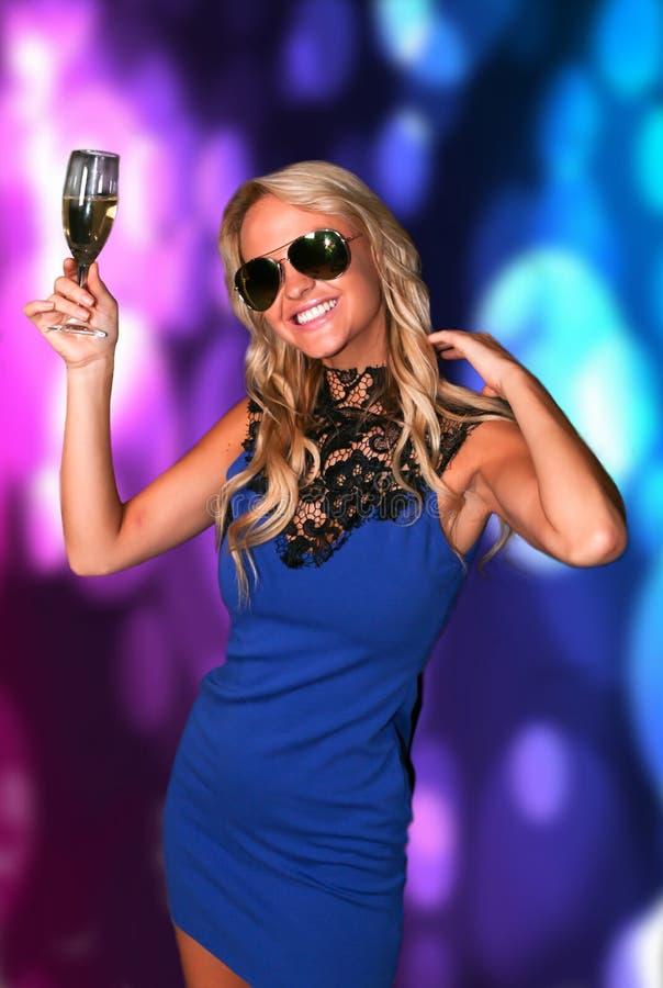 Πανέμορφη νέα γυναίκα στο κόμμα στοκ εικόνα με δικαίωμα ελεύθερης χρήσης