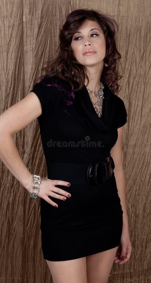 Πανέμορφη νέα γυναίκα στο μίνι φόρεμα στοκ εικόνες με δικαίωμα ελεύθερης χρήσης