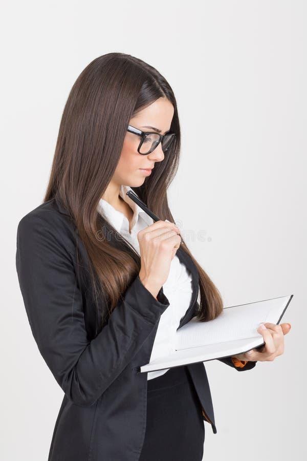 Πανέμορφη νέα επιχειρηματίας με το σημειωματάριο στοκ εικόνα με δικαίωμα ελεύθερης χρήσης