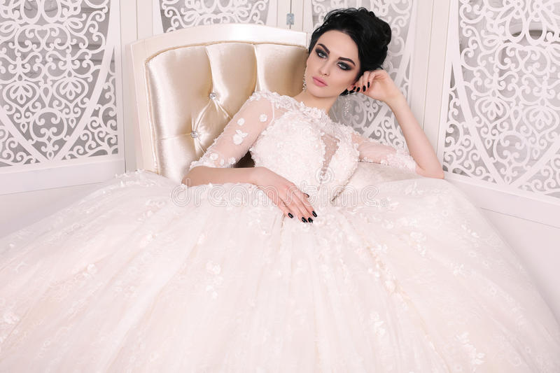 Πανέμορφη νύφη με τη σκοτεινή τρίχα στο luxuious γαμήλιο φόρεμα στοκ φωτογραφία με δικαίωμα ελεύθερης χρήσης