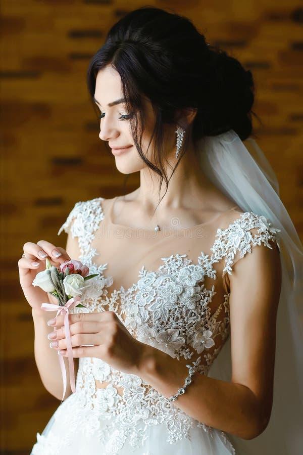 Πανέμορφη νύφη με το πορτρέτο μπουτονιέρων κοντά στο παράθυρο νυφικό μπουντουάρ στη ημέρα γάμου όμορφη γυναίκα που παίρνει έτοιμη στοκ φωτογραφίες με δικαίωμα ελεύθερης χρήσης