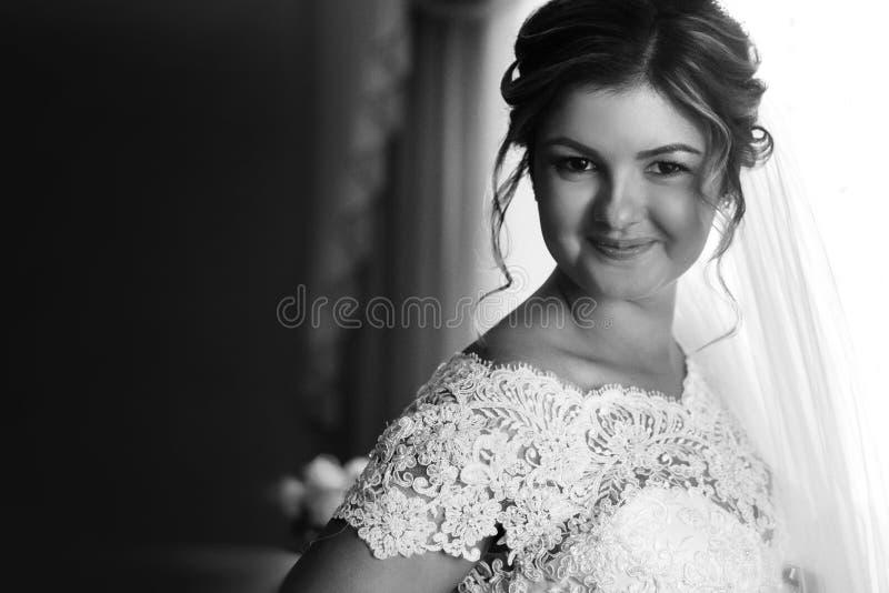 Πανέμορφη ξανθή νύφη πολυτέλειας που παίρνει ντυμένη το πρωί με στοκ φωτογραφία με δικαίωμα ελεύθερης χρήσης