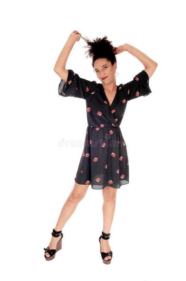 Πανέμορφη πολυφυλετική γυναίκα που στέκεται τραβώντας την τρίχα της στοκ εικόνα με δικαίωμα ελεύθερης χρήσης