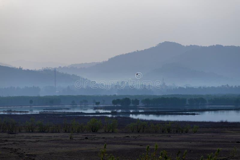 Πανέμορφη ρόδινη και πορφυρή αυγή στα βουνά στοκ εικόνα με δικαίωμα ελεύθερης χρήσης