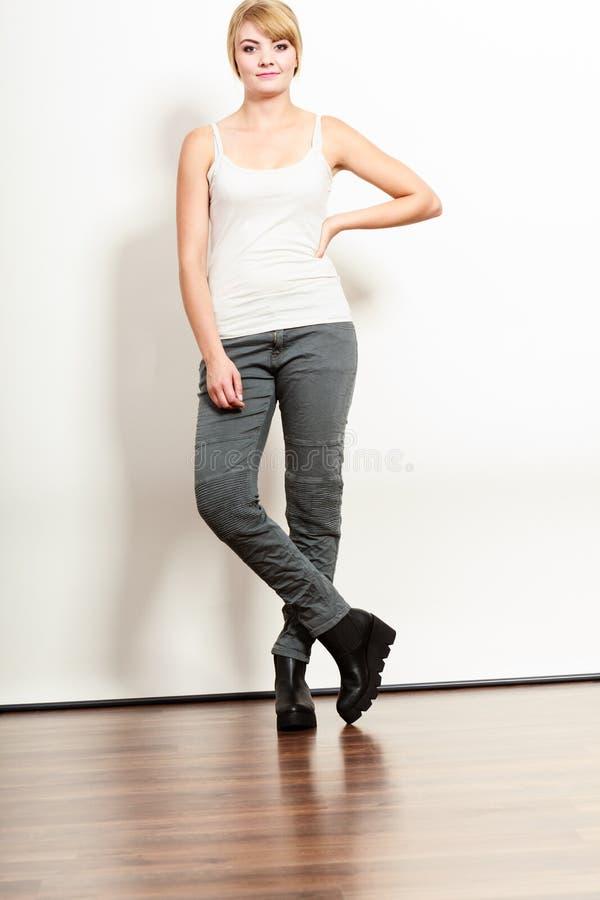 Πανέμορφη όμορφη γυναίκα στο αμάνικο πουκάμισο στοκ φωτογραφία
