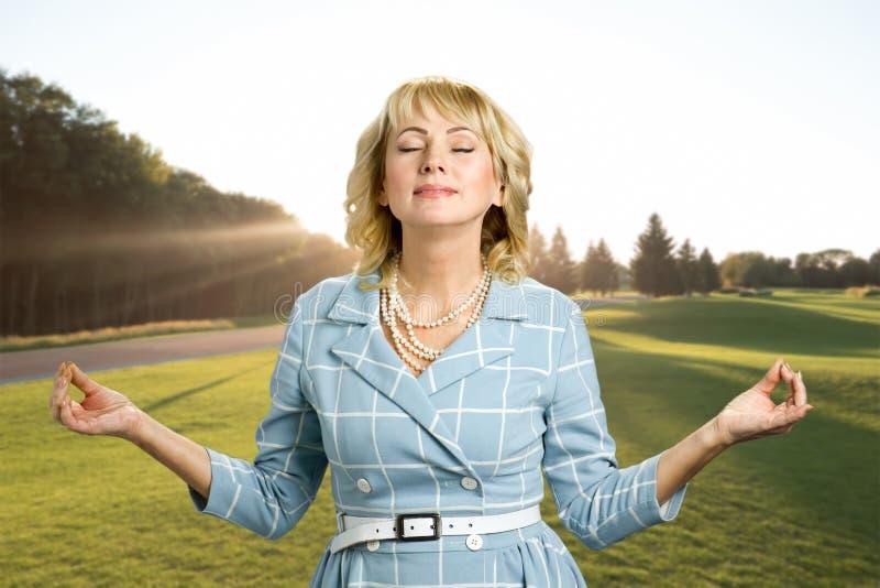Πανέμορφη ώριμη γυναίκα χαλάρωσης της Zen στοκ εικόνες
