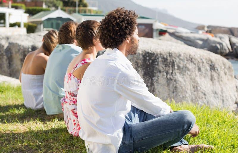 Πανέμορφοι φίλοι που κοιτάζουν έξω στη θάλασσα στοκ φωτογραφίες