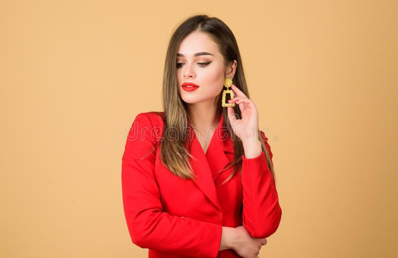 Πανέμορφος και μοντέρνος Άψογη makeup και τέλειο κόσμημα Το κόκκινο την ταιριάζει Η όμορφη γυναίκα αποτελεί το πρόσωπο τα κόκκινα στοκ φωτογραφία με δικαίωμα ελεύθερης χρήσης