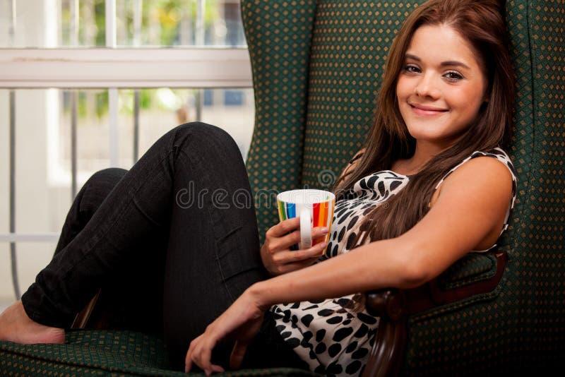 Πανέμορφος καφές κατανάλωσης γυναικών στοκ φωτογραφίες με δικαίωμα ελεύθερης χρήσης