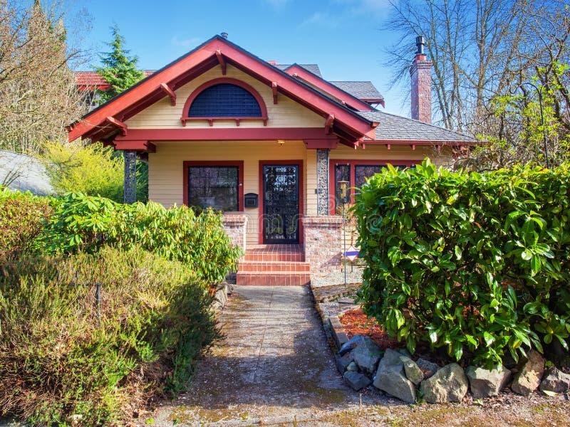Πανέμορφο βορειοδυτικό σπίτι με την κόκκινη περιποίηση στοκ φωτογραφία με δικαίωμα ελεύθερης χρήσης