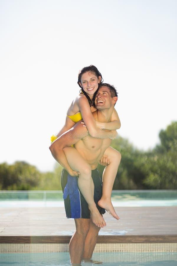 Πανέμορφο ζεύγος που έχει το poolside διασκέδασης στις διακοπές στοκ φωτογραφία με δικαίωμα ελεύθερης χρήσης