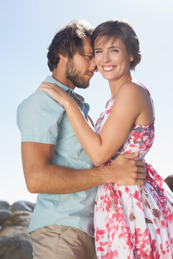 Πανέμορφο ζεύγος που αγκαλιάζει από την ακτή στοκ φωτογραφίες με δικαίωμα ελεύθερης χρήσης