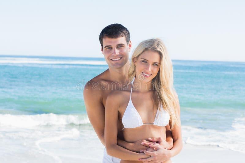 Πανέμορφο ζεύγος που αγκαλιάζει και που χαμογελά στη κάμερα στοκ φωτογραφία με δικαίωμα ελεύθερης χρήσης