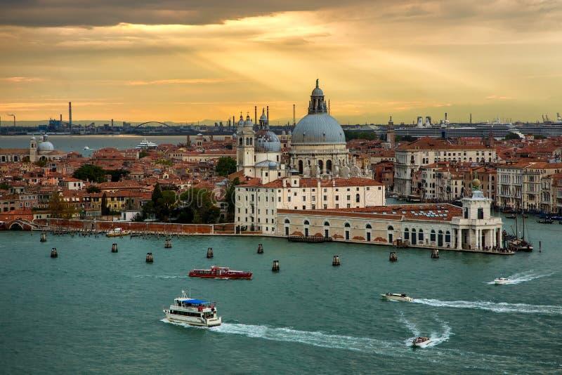 Πανέμορφο ηλιοβασίλεμα πέρα από το μεγάλο χαιρετισμό della της Σάντα Μαρία καναλιών και βασιλικών, Βενετία, στοκ εικόνα με δικαίωμα ελεύθερης χρήσης