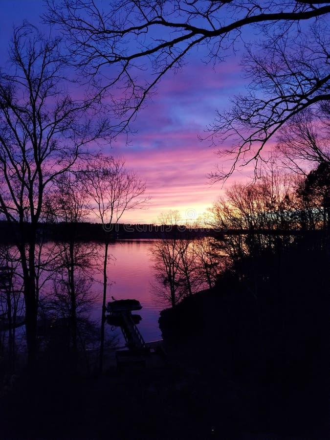 Πανέμορφο ηλιοβασίλεμα στη λίμνη Wylie στην κοραλλιογενή νήσο της Tega, νότια Καρολίνα στοκ εικόνα με δικαίωμα ελεύθερης χρήσης