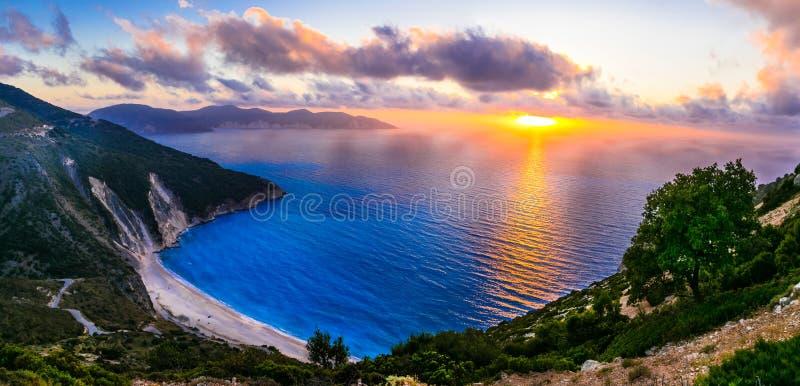 Πανέμορφο ηλιοβασίλεμα πέρα από την ομορφότερη παραλία Myrtos, isla Kefalonia στοκ εικόνες με δικαίωμα ελεύθερης χρήσης