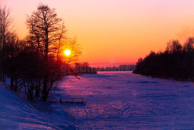 πανέμορφο ηλιοβασίλεμα στις τράπεζες του πάγου και του χιονιού pokryda kototoraya ποταμών στοκ φωτογραφίες