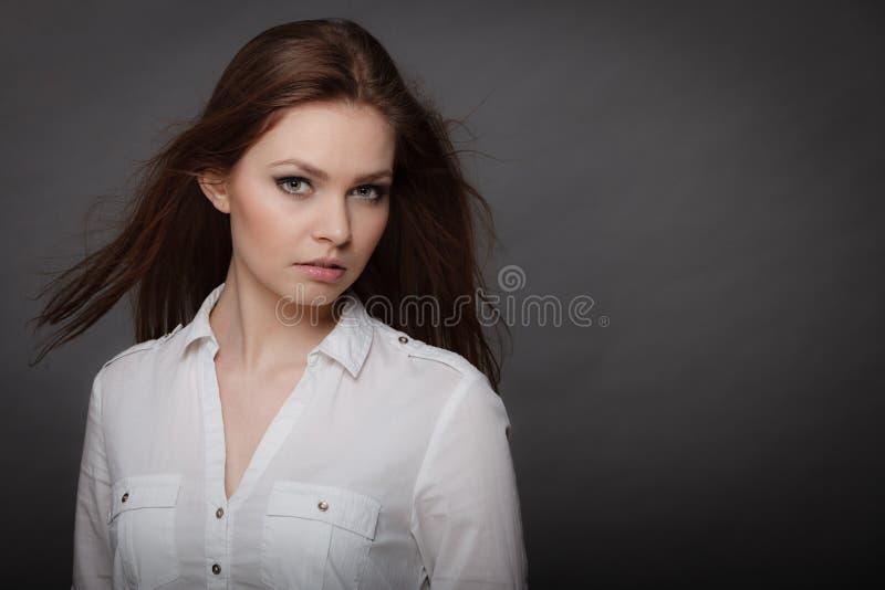 Πανέμορφο κομψό πορτρέτο γυναικών ομορφιάς στοκ φωτογραφίες