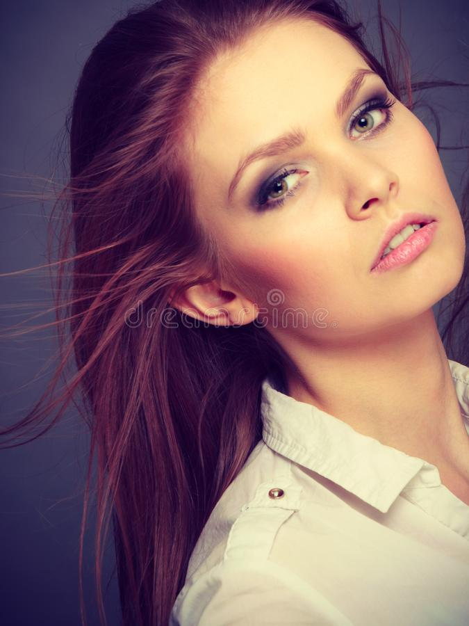 Πανέμορφο κομψό πορτρέτο γυναικών ομορφιάς στοκ φωτογραφία