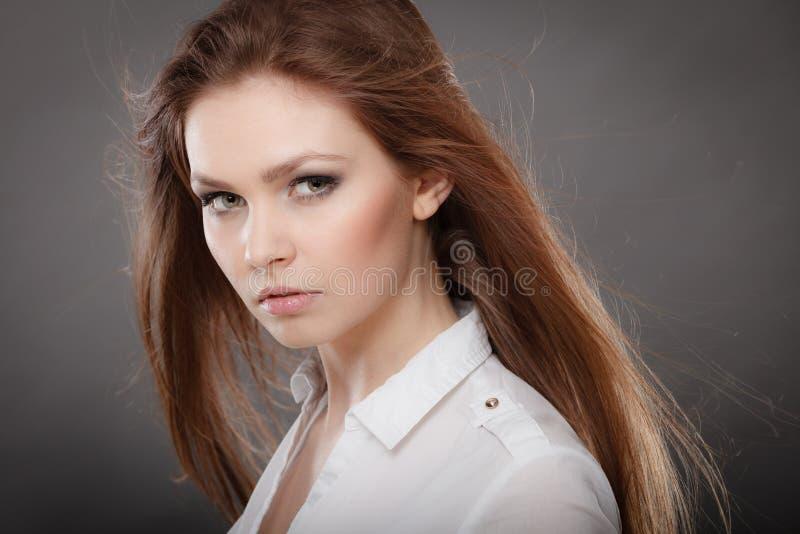 Πανέμορφο κομψό πορτρέτο γυναικών ομορφιάς στοκ φωτογραφία με δικαίωμα ελεύθερης χρήσης