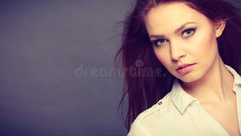 Πανέμορφο κομψό πορτρέτο γυναικών ομορφιάς στοκ εικόνες με δικαίωμα ελεύθερης χρήσης