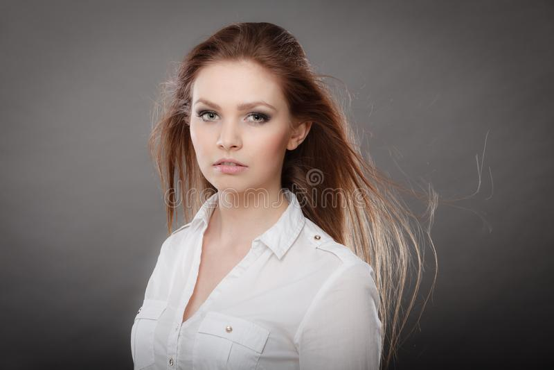 Πανέμορφο κομψό πορτρέτο γυναικών ομορφιάς στοκ εικόνα