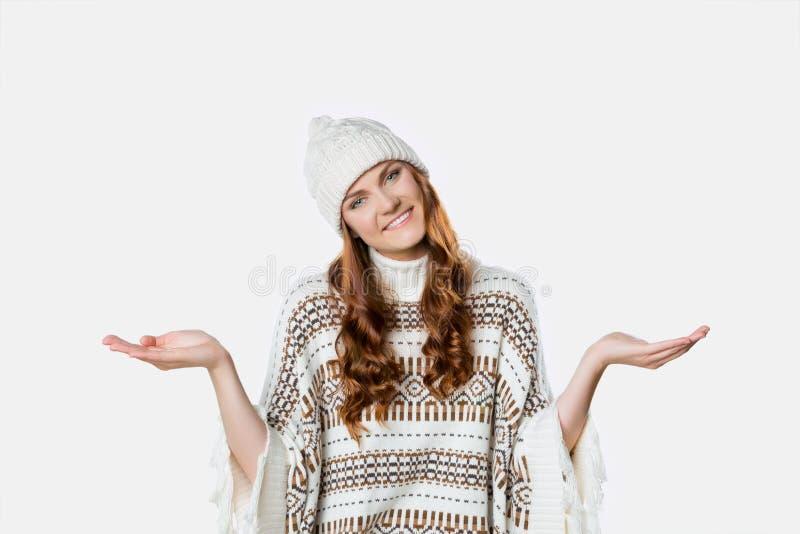 Download Πανέμορφο κορίτσι που φορά το θερμό πλεκτό άλτη Χριστουγέννων και ένα καπέλο, έννοια Χριστουγέννων Στοκ Εικόνα - εικόνα από πορτρέτο, δέρμα: 62701471