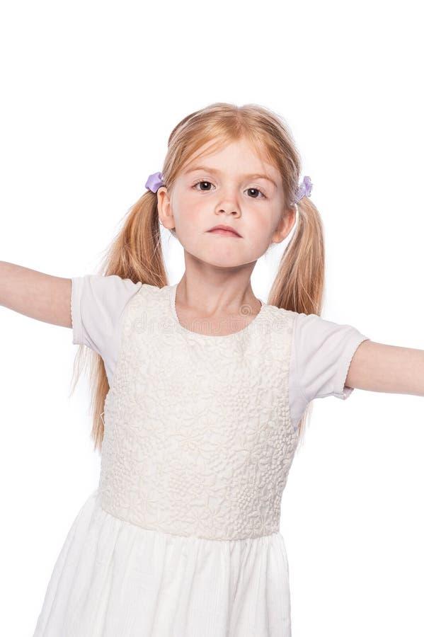 Πανέμορφο μικρό κορίτσι με το σοβαρό πρόσωπο στοκ φωτογραφίες με δικαίωμα ελεύθερης χρήσης