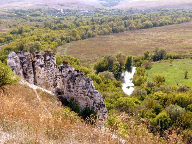 Πανέμορφο τοπίο με τον ποταμό, τα δέντρα και τα βουνά κιμωλίας στοκ εικόνες