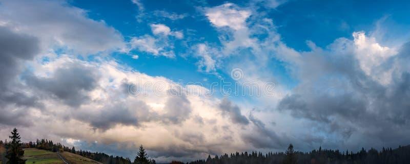 Πανέμορφο cloudscape πέρα από το δάσος στους λόφους στοκ φωτογραφία με δικαίωμα ελεύθερης χρήσης