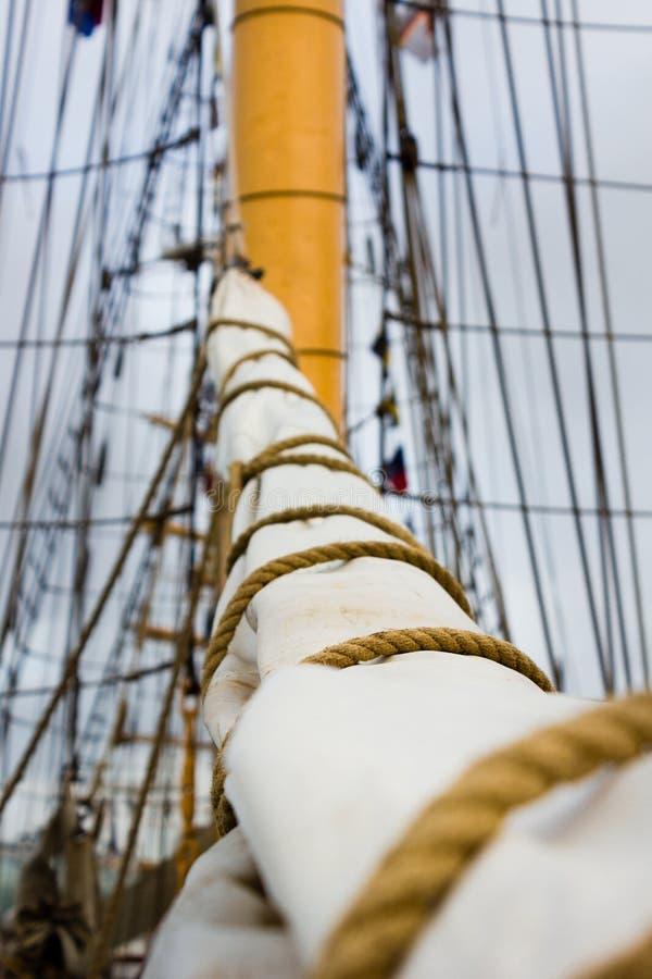 Πανί, ιστός και ξάρτια σε μια παλαιά πλέοντας βάρκα/ένα σκάφος στοκ εικόνες με δικαίωμα ελεύθερης χρήσης