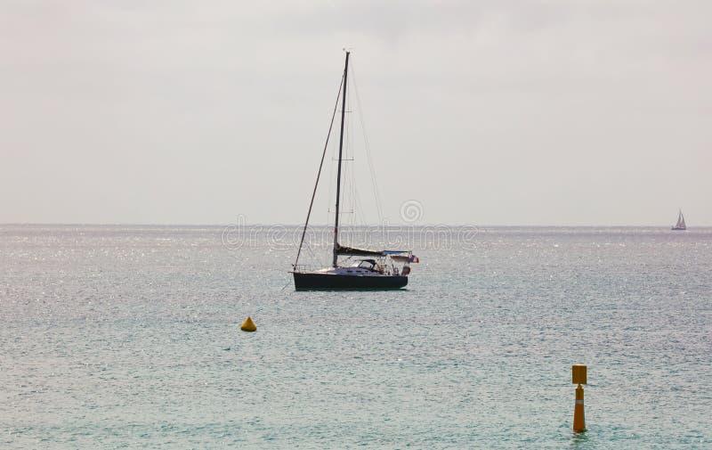 Πανί στο γαλλικό riviera του Μονακό, τη μεσογειακή ακτή, Eze, Άγιος-Tropez, τις Κάννες και τη Νίκαια Μπλε γιοτ νερού και πολυτέλε στοκ φωτογραφίες με δικαίωμα ελεύθερης χρήσης