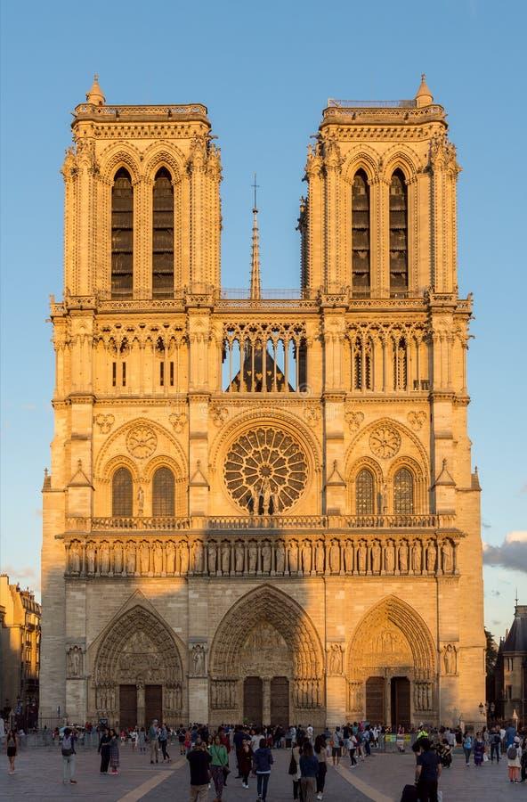 Παναγία των Παρισίων στη χρυσή ώρα - Παρίσι, Γαλλία στοκ φωτογραφία με δικαίωμα ελεύθερης χρήσης