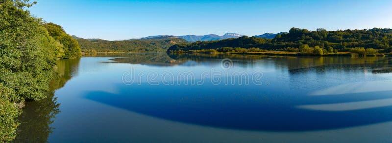 Παναράμα της κοιλάδας του ορεινού ποταμού στοκ φωτογραφία