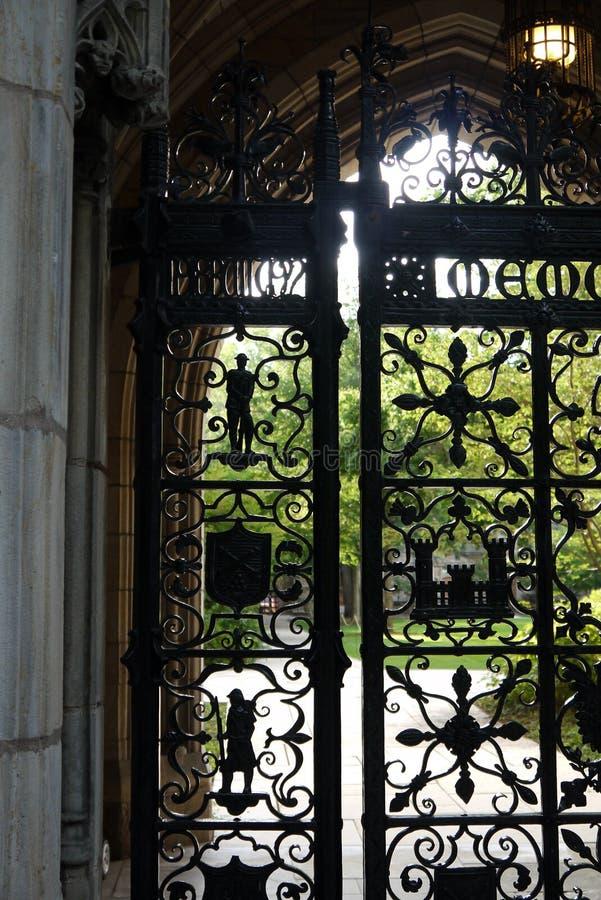 Πανεπιστήμιο Γέιλ: πύλη επεξεργασμένου σιδήρου στοκ εικόνες
