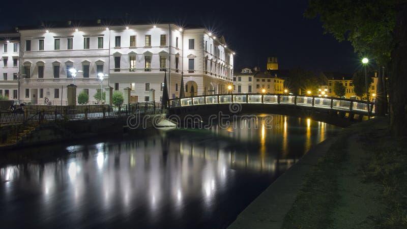 Πανεπιστήμιο πόλεων του Treviso στην Ιταλία με τις αντανακλάσεις στο νερό του ποταμού sile στοκ φωτογραφίες
