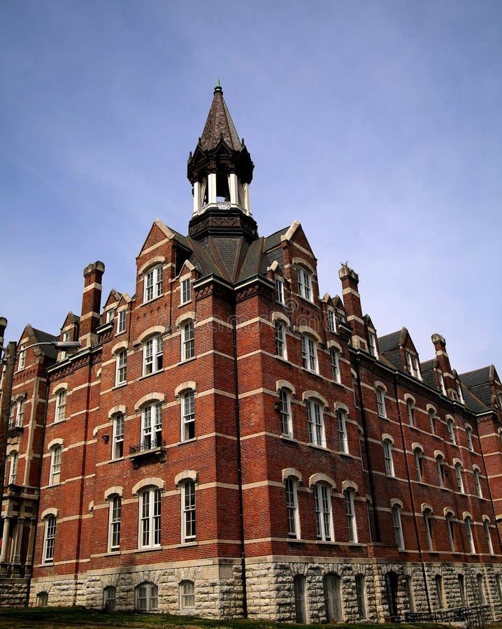 πανεπιστήμιο πύργων κουδ&o στοκ φωτογραφία με δικαίωμα ελεύθερης χρήσης