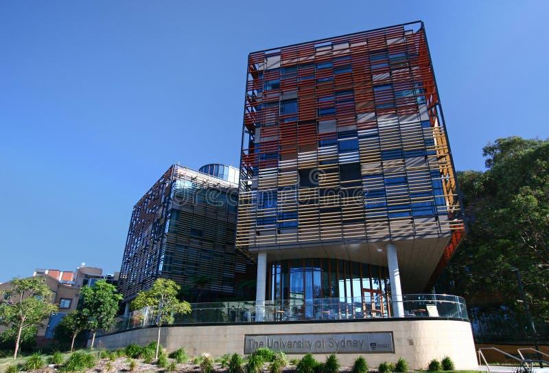 Πανεπιστήμιο της Οικονομικής Σχολής του Σίδνεϊ με τη ζωηρόχρωμη διαλογή baguette τερακότας στη σύγχρονη πρόσοψη στην Αυστραλία στοκ εικόνα με δικαίωμα ελεύθερης χρήσης