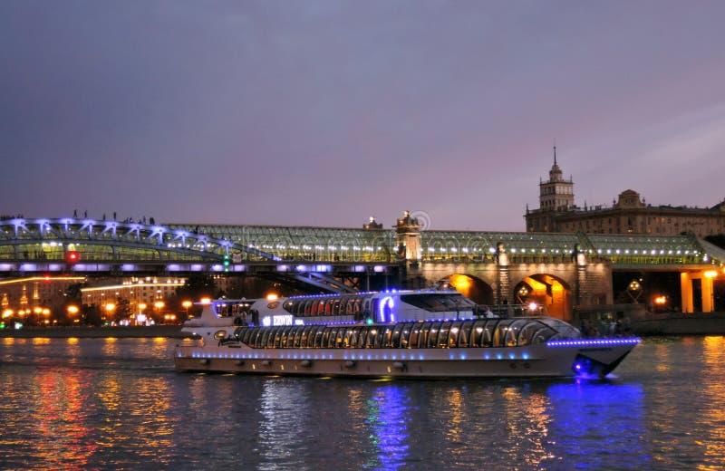 Πανιά γιοτ κρουαζιέρας στον ποταμό της Μόσχας στο βράδυ στοκ εικόνα
