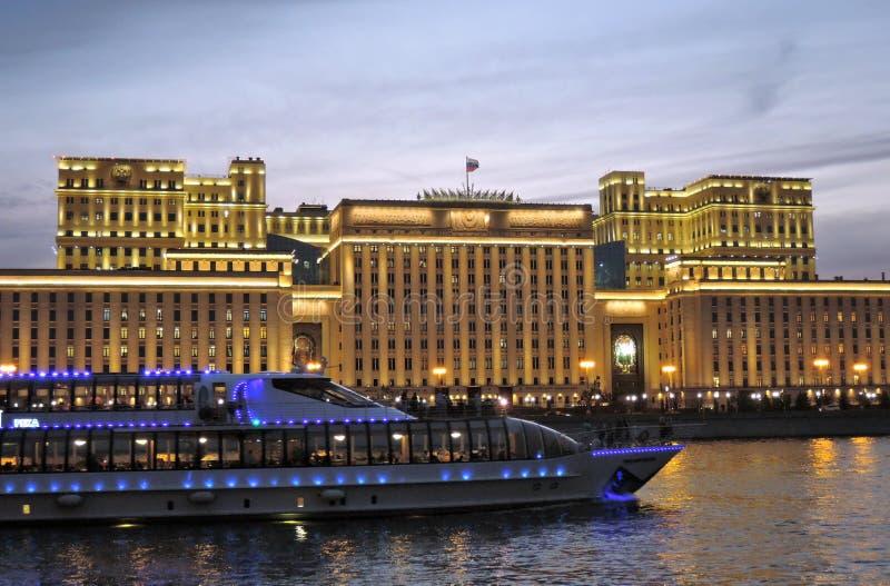 Πανιά γιοτ κρουαζιέρας στον ποταμό της Μόσχας στο βράδυ στοκ εικόνες με δικαίωμα ελεύθερης χρήσης