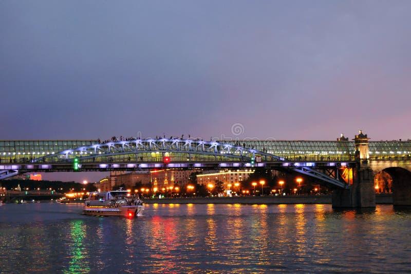 Πανιά γιοτ κρουαζιέρας στον ποταμό της Μόσχας στο βράδυ στοκ φωτογραφία με δικαίωμα ελεύθερης χρήσης