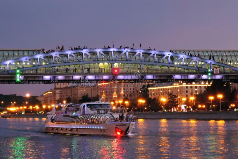 Πανιά γιοτ κρουαζιέρας στον ποταμό της Μόσχας στο βράδυ στοκ εικόνες
