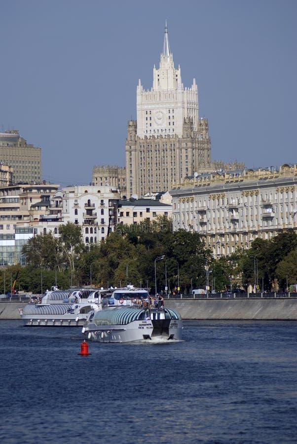 Πανιά γιοτ κρουαζιέρας στο κέντρο πόλεων της Μόσχας στοκ φωτογραφία με δικαίωμα ελεύθερης χρήσης