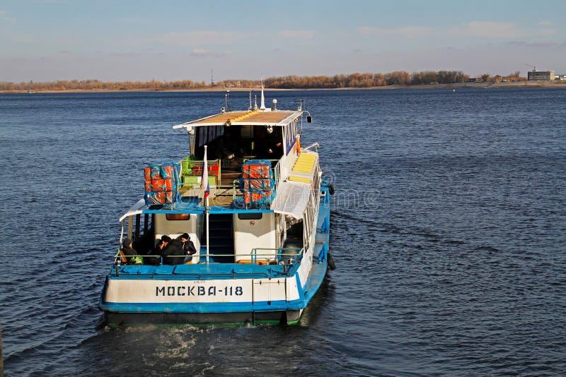 Πανιά επιβατηγών πλοίων ` Μόσχα-118 ` κατά μήκος του Βόλγα στο Βόλγκογκραντ στοκ φωτογραφία με δικαίωμα ελεύθερης χρήσης