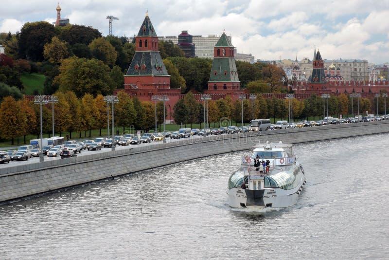 Πανιά κρουαζιερόπλοιων στον ποταμό της Μόσχας, από τη Μόσχα Κρεμλίνο στοκ εικόνα