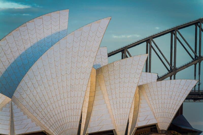 Πανιά Οπερών του Σίδνεϊ με τη λιμενική γέφυρα στοκ εικόνες